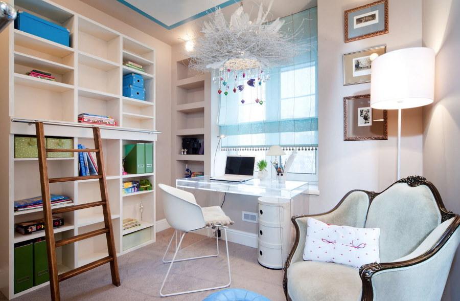 Письменный стол у окна комнаты для девочки-подростка
