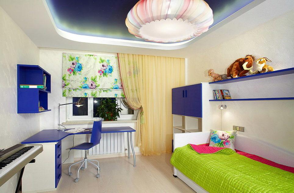Сине-белый стол в углу комнаты подростка