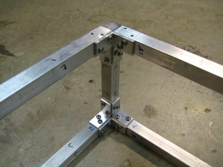 Соединения металлического каркаса на уголках и болтах