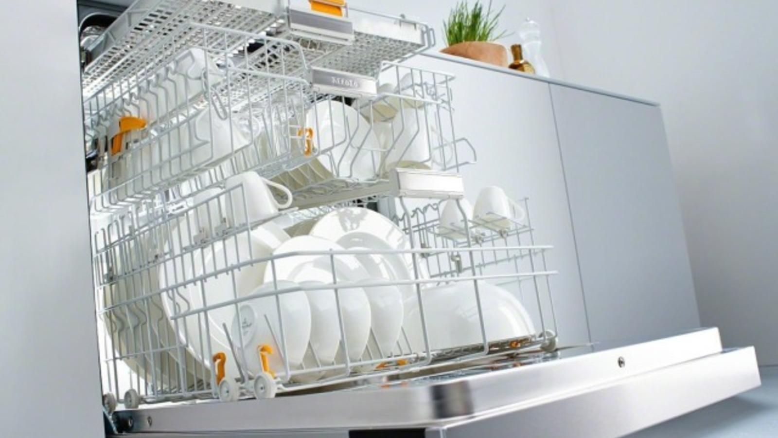 Перед началом эксплуатации посудомоечной машины нужно запустить пробный цикл мойки