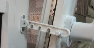 Ограничитель для пластиковой двери
