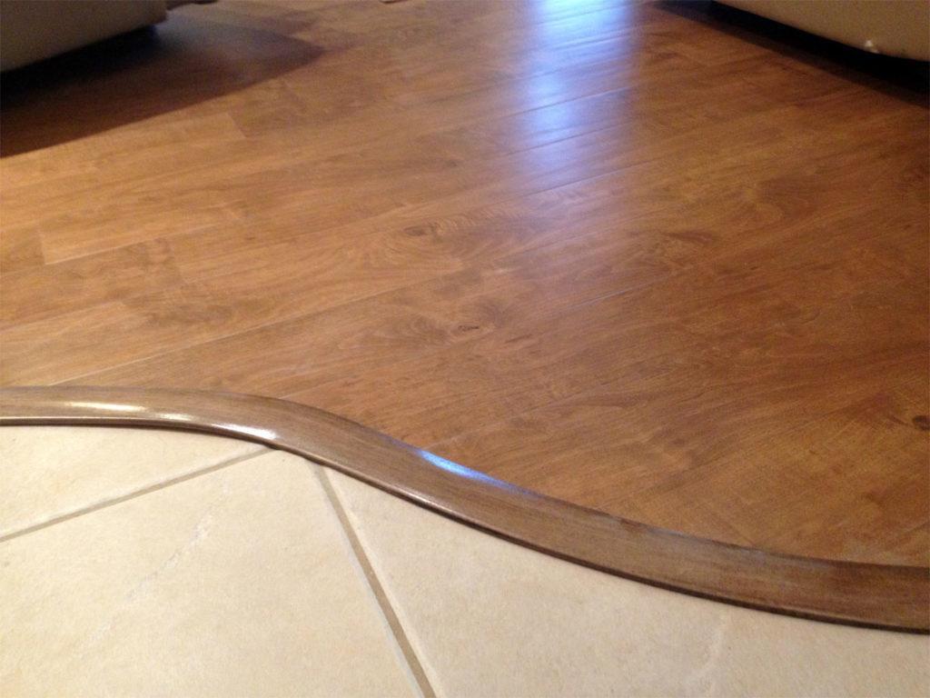 Изогнутый стык плитки и ламината