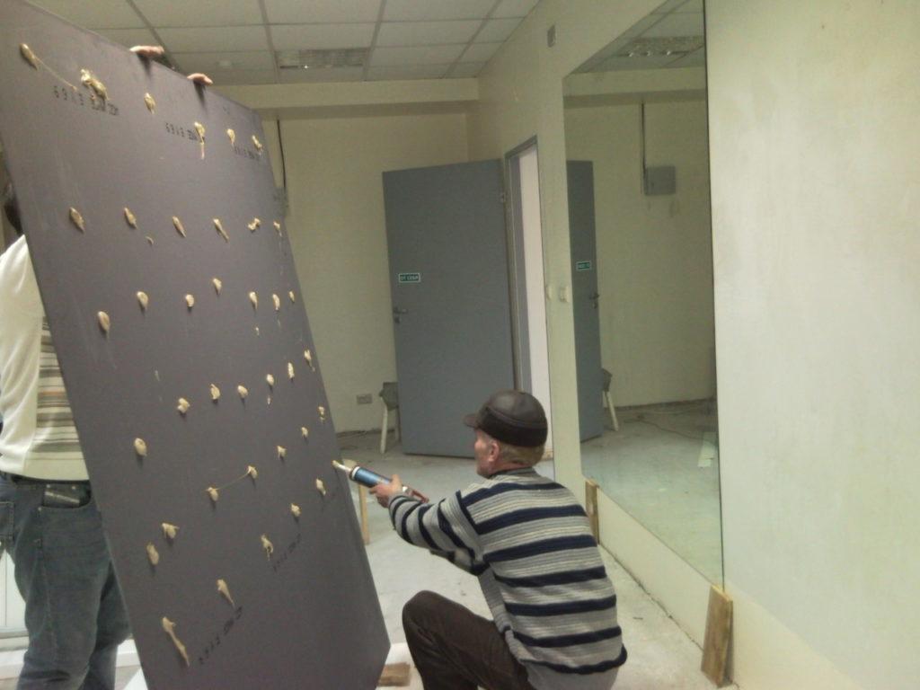 Крепление зеркала без рамы с помощью герметика